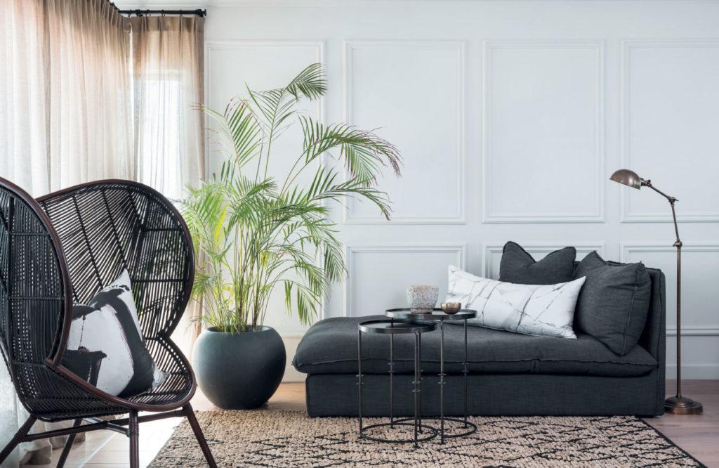 Velika lončnica elegantno popestri dnevno sobo